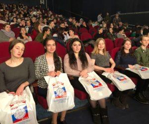 На благотворительный показ драмы «Движение вверх» пригласили триста ребят