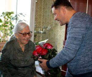 Александр Курбатов поздравил Надежду Новохатскую со 100-летним  юбилеем