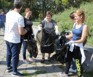 Более 60-ти килограммов пластикового мусора собрали в Комсомольском парке