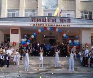 Депутаты посетили праздничные линейки в школах города