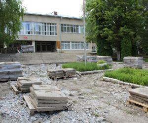Ведутся работы по краевой программе благоустройства школьных дворов