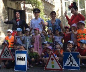 Сотрудники ОГИБДД помогают детям стать заметнее на дороге