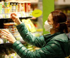 Более 20 торговых предприятий снизили цену на продукты
