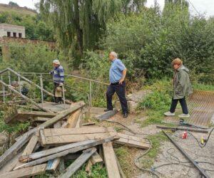 На улице Ольховской отремонтировали мост через реку